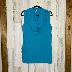 LUCY lightweight sleeveless hooded pullover